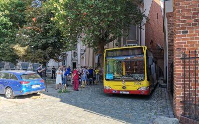 """Мобільний пункт щеплень проти COVID-19 """"Szczepciobus"""" при вроцлавському соборі"""